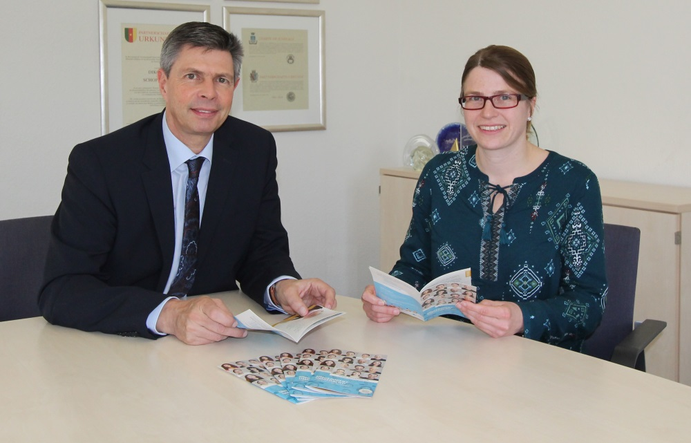 Bürgermeister Christof Nitz und eea-Koordinatorin Christine Griebel mit dem neuen Flyer