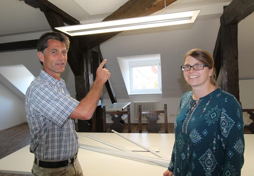 Stefan Blum und Christine Griebel im Besprechungsimmer, dass komplett mit LED Leuchtmitteln ausgestattet worden ist.