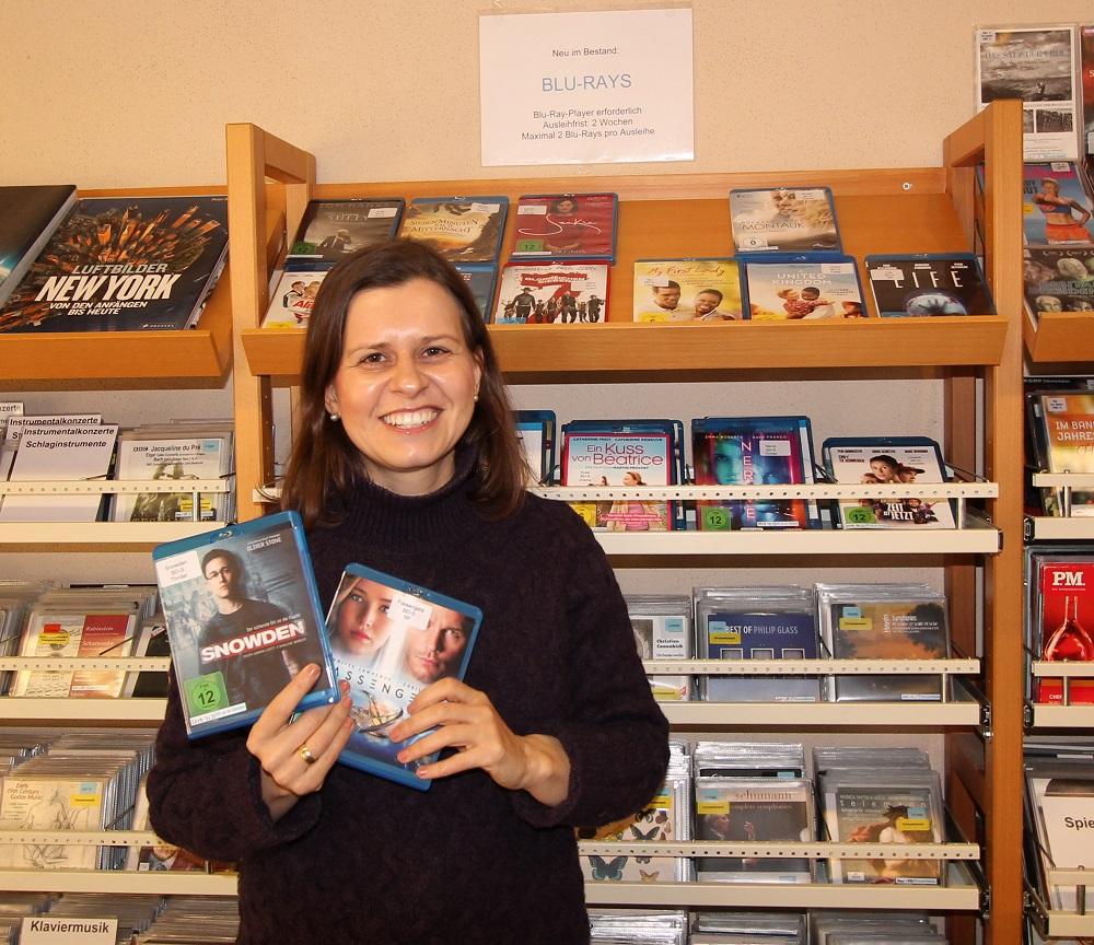 Leiterin Katja Benkler stellt die Blu-Rays vor
