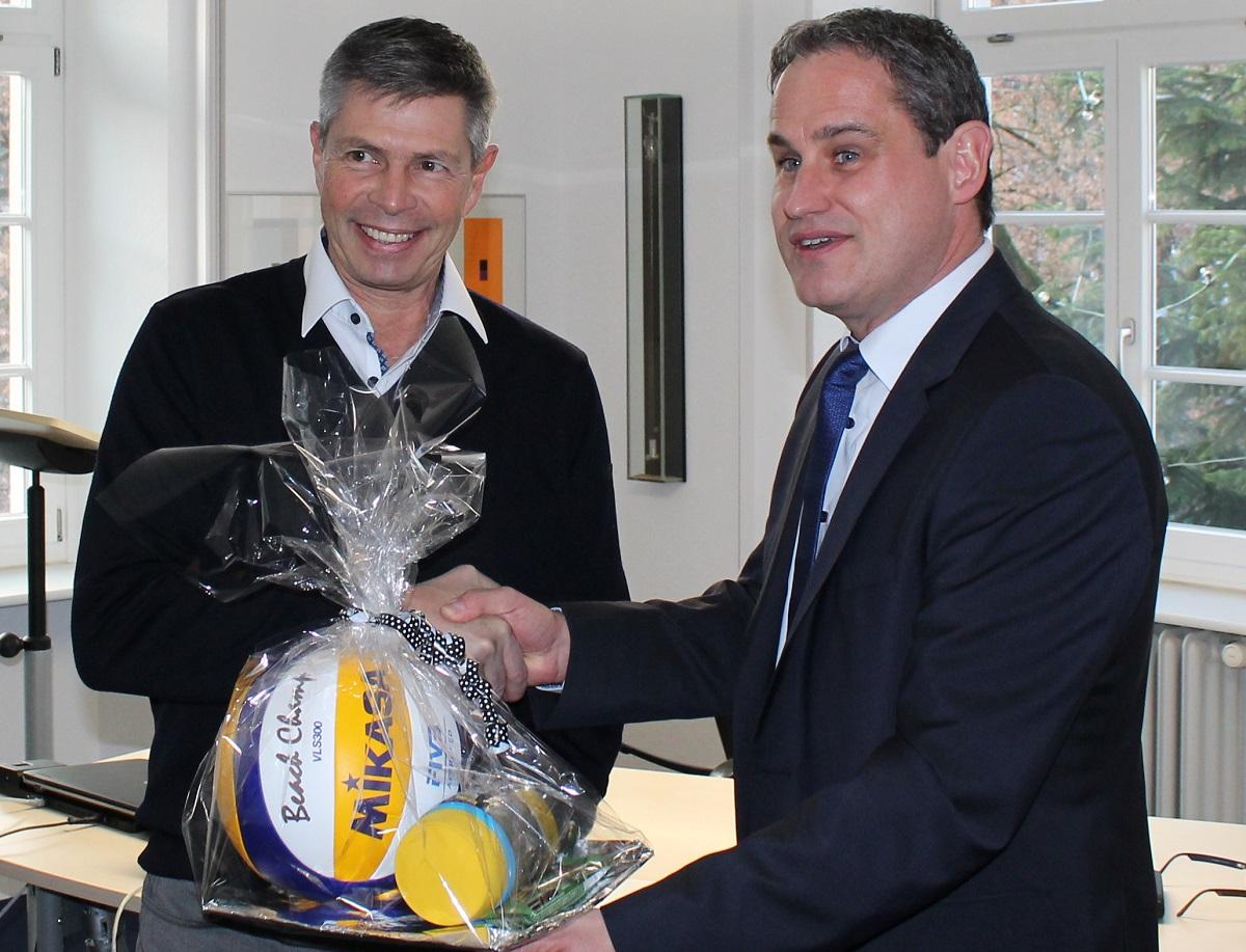 Bürgermeister Dirk Harscher überreicht ein Geschenk an Vorgänger Christof Nitz