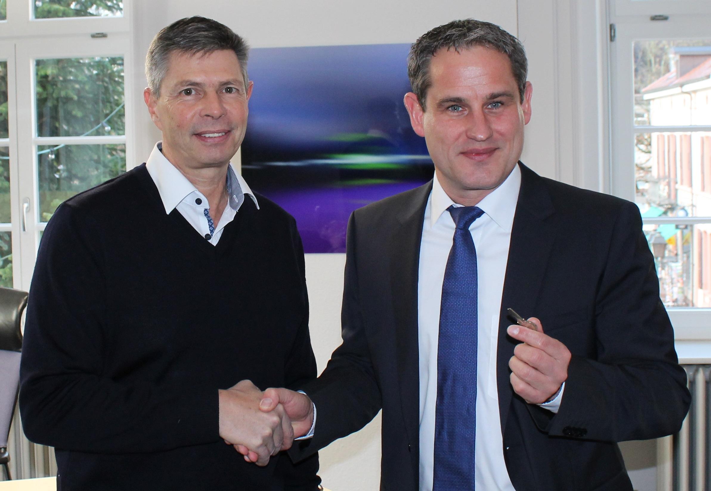 Vorgänger Christof Nitz übergibt Bürgermeister Dirk Harscher den Rathausschlüssel