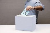 Pressefoto Wahlen. Ein Wähler wirft seinen Stimmzettel in die Wahlurne