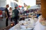 Flohmarktstand Porzellan Gläser (c) Frau Klumpp