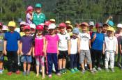 Mark Leimgruber mit den Fußballerinnen und Fußballern der Kita Bremt