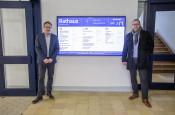 Bürgermeister Dirk Harscher und Marcus Krispin stellen das neue System vor