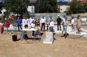 Grundsteinlegung der neuen Sporthalle am 20. Juli 2020 -  Ein Gruppenfoto vieler Beteiligter