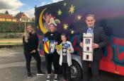 Katja Böhler (JUZ), Franziska Vogt, Neyna Vogt, Bürgermeister Dirk Harscher bei der Übergabe der Yton-Kunstwerken an Herrn Harscher