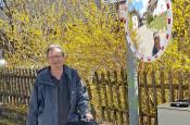 Gunther Jenisch mit dem neuen Verkehrsspiegel in Eichen.