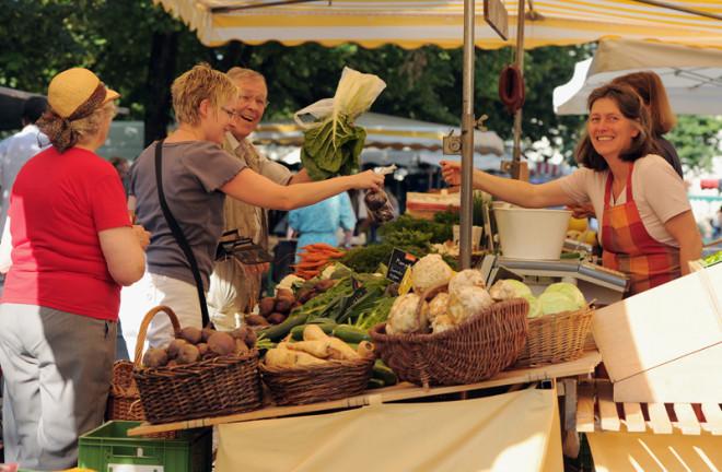 Verkaufsstand des Wochenmarktes in Schopfheim mit viel Gemüse.