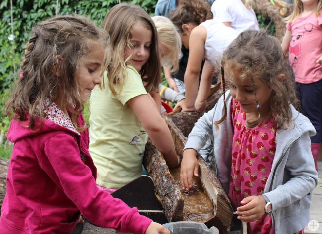 Die Kinder sind begeistert von der neuen Wasserlandschaft