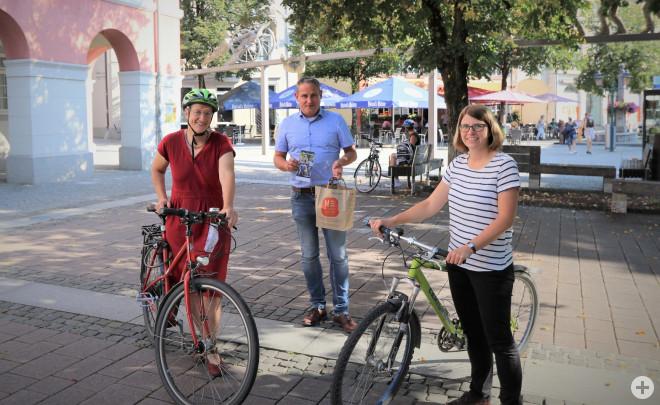 Delia Kuhnert (Repair Cafe), Bürgermeister Dirk Harscher, Christine Griebel (eea-Koordinatorin) beim Vorstellen der Nachhaltigkeitstage und des Stadtradelns