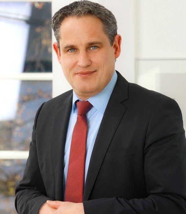 Pressefoto Bürgermeister Dirk Harscher, anlehnend an seinen Bürostuhl